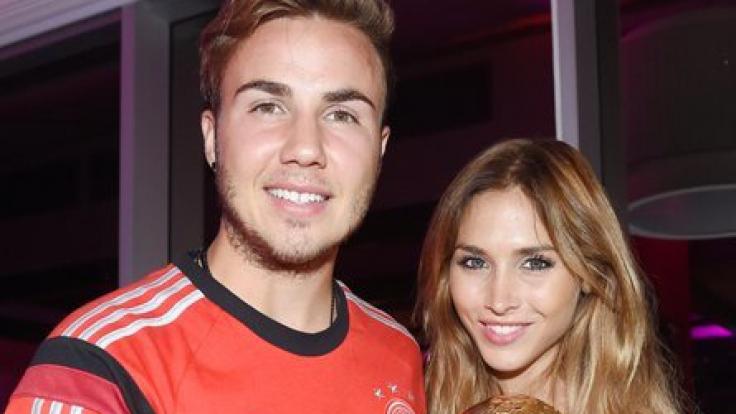 Fußball-Nationalspieler und WM-Torschütze Mario Götze mit Freundin Ann-Kathrin Brömmel