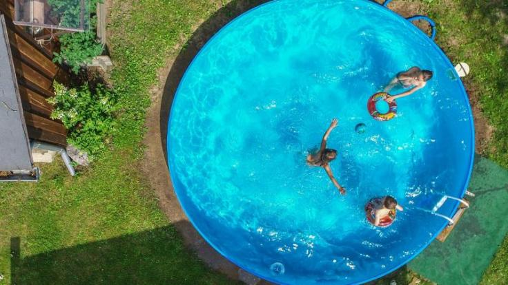 Stehen Pools längere Zeit mit Wasser befüllt im Garten, entsteht eine hohe Keimdichte. Vor allem Kinder, Schwangere und Senioren können dann schnell erkranken. (Foto)