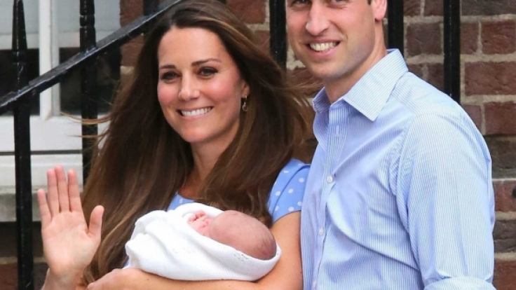 Kate Middleton und Prinz William bei ihrem ersten Auftritt mit Baby Prinz George.