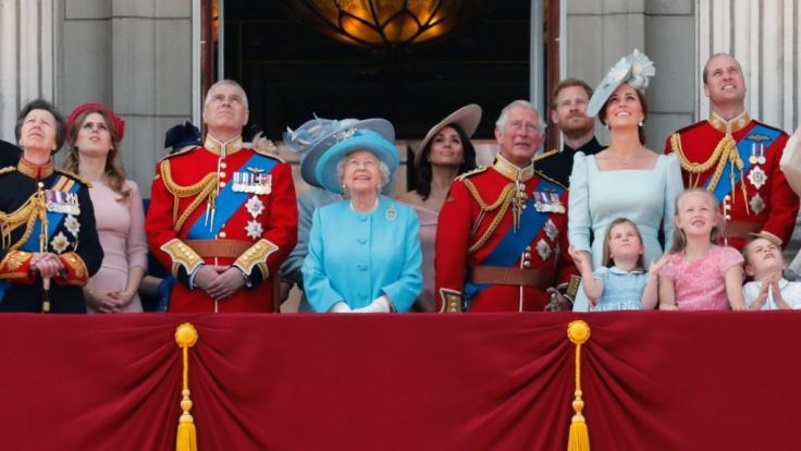 Britische Royal-Fans fordern, Prinz Harry und Meghan Markle vom berühmten Balkon des Buckingham-Palastes auszusperren. (Foto)
