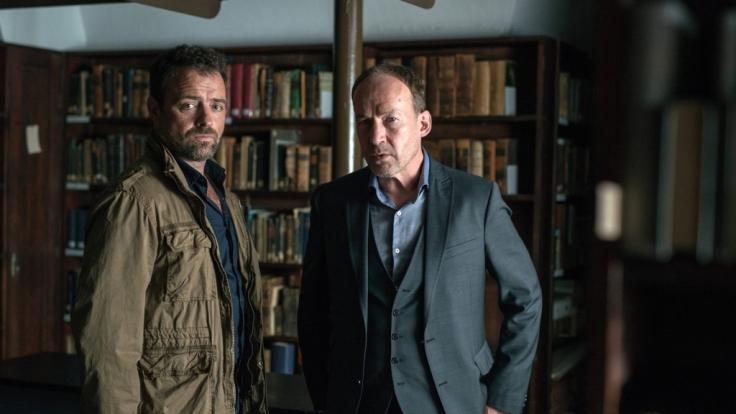 Joe (Ulrich Noethen, r.) und Vincent (Juergen Maurer, l.) suchen nach Hinweisen auf den wirklichen Mörder von Sinas Vater. (Foto)