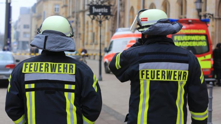 In Magdeburg musste die Feuerwehr eine Frau und ihren Sohn aus einer brennenden Wohnung retten - offenbar wurde das Duo eingesperrt (Symbolbild). (Foto)