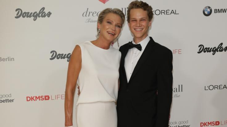 Stephanie Gräfin von Pfuel trauert um ihren ältesten Sohn Charly (r.).