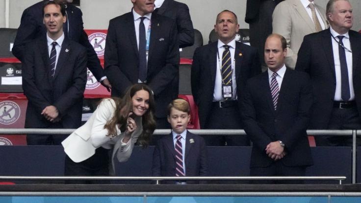 Prinz George (7) musste im EM-Finale zwischen England und Italien die Schattenseiten im Leben eines Fußballfans kennenlernen, als seine Lieblingsmannschaft als Verlierer vom Platz ging. (Foto)