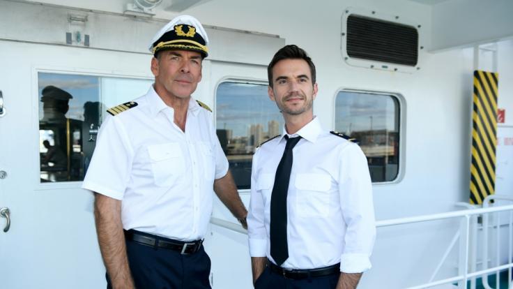 """Kapitän Burger (Sascha Hehn, l) und der junge Offizier Florian (Florian Silbereisen, r) stehen in der Folge """"Das Traumschiff: Tansania"""" auf der Brücke. (Foto)"""