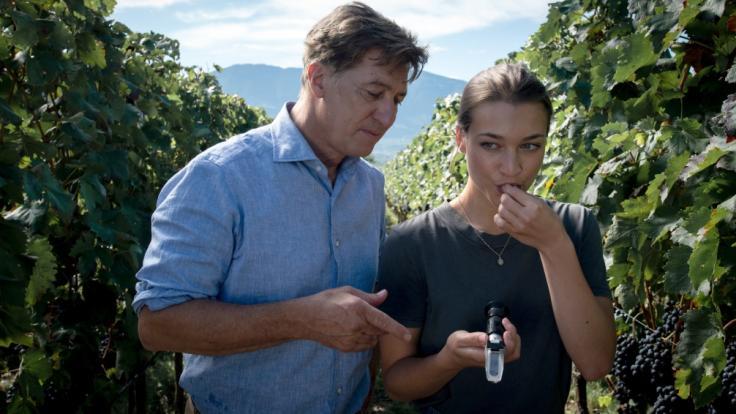 """Antonia Moretti und ihr Vater Tobias Moretti in einer gemeinsamen Szene aus dem ZDF-Zweiteiler """"Im Netz der Camorra"""". (Foto)"""