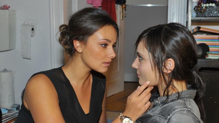 Zwischen Jasmin (Janina Uhse, l.) und Anni (Linda Marlen Runge) knistert es.