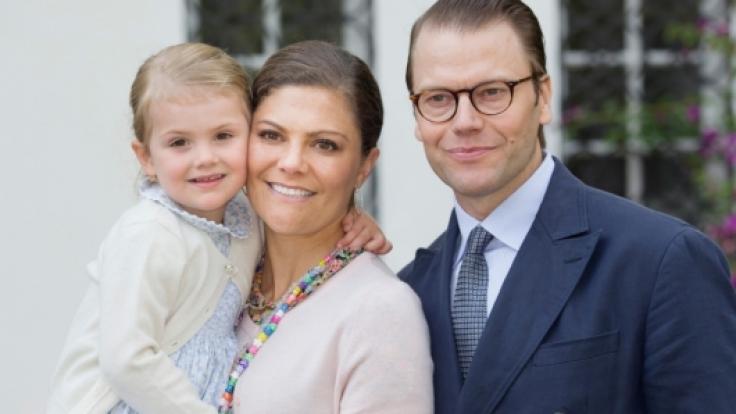 Prinzessin Victoria von Schweden und Prinz Daniel mit Töchterchen Estelle am Victoriatag 2016.