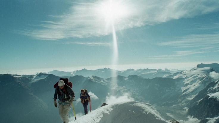 Ein deutscher Tourist ist bei einer Wanderung in den Südtiroler Alpen etwa 500 Meter tief abgestürzt.