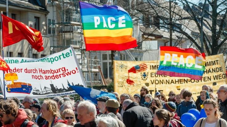 Demonstranten beim Ostermarsch 2015 in Hamburg. (Foto)