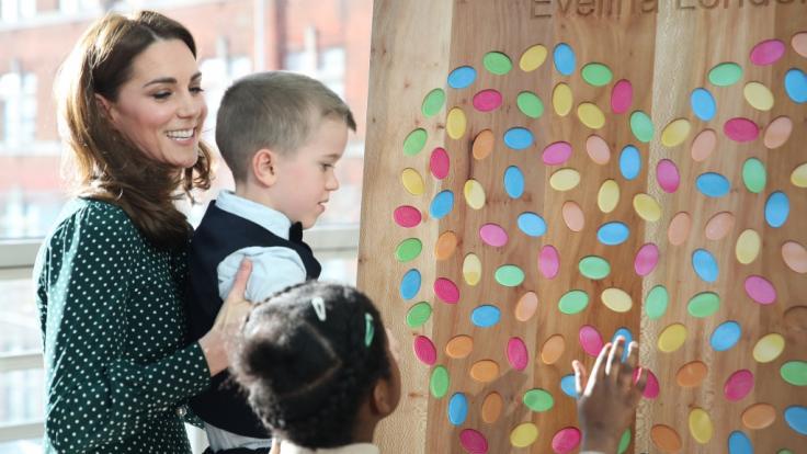 Kate Middleton zeigte beim Besuch des Evelina London Children's Hospital keinerlei Berührungsängste. (Foto)