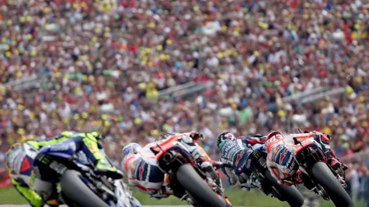 Mit Bildern wie diesen zieht die MotoGP am Sachsenring Jahr um Jahr die Fans in ihren Bann.