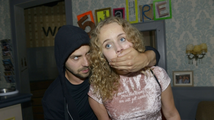 Jule wird im Vereinsheim Opfer eines brutalen Überfalls. (Foto)