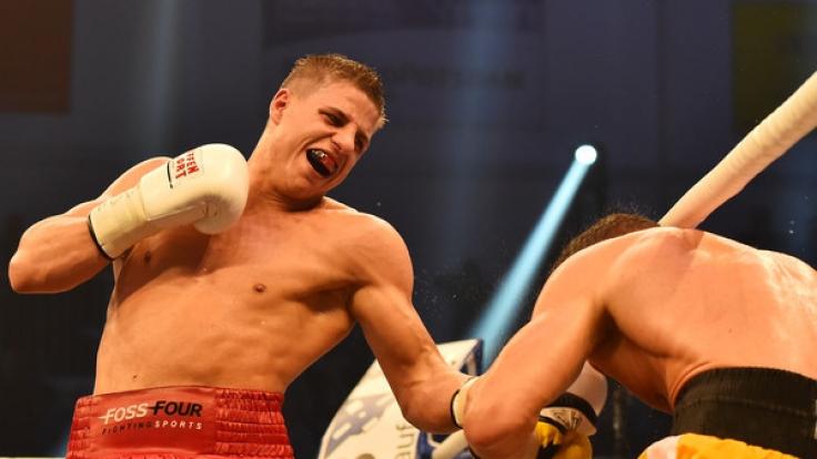 WBA-Weltmeisterschaft Super-Mittelgewicht Tyron Zeuge (l) gewann durch Ko gegen Giovanni DE Carolis am 05.11.2016 in Potsdam (Brandenburg).