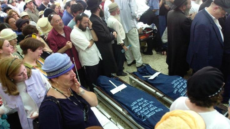 Beisetzung einer Familie in Jerusalem, die durch einen Selbstmordattentäter der Hamas getötet wurde.