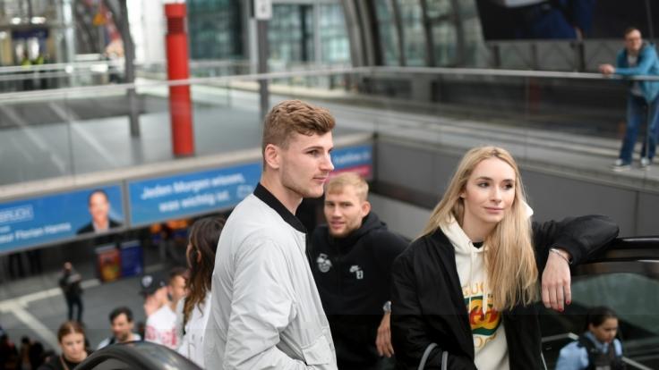 Timo Werner mit seiner Freundin Paula im Leipziger Hauptbahnhof. (Foto)