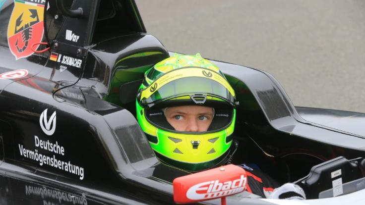 Den Helm von Mick Schumacher zieren sieben Sterne - wie schon bei Papa Schumi.