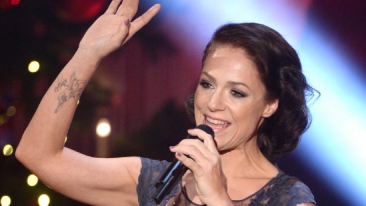 Sängerin Michelle heizt ihren Fans mit XXL-Beinschlitz ein.
