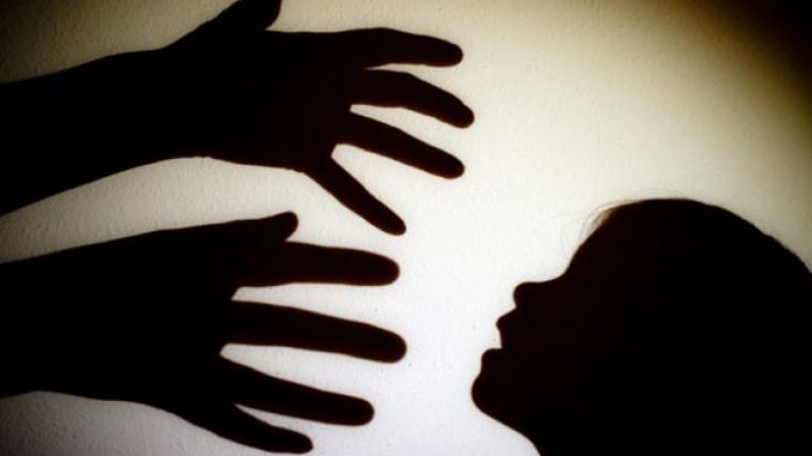 In Indien wurde ein 12-jähriges Mädchen von ihrem Onkel und ihren Brüdern vergewaltigt.