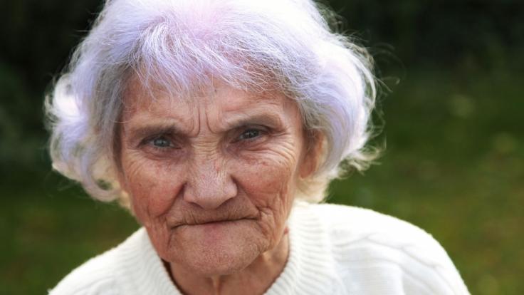 Hinter den violetten Haaren vieler Rentnerinnen verbirgt sich eine ganz einfache Lösung. (Foto)