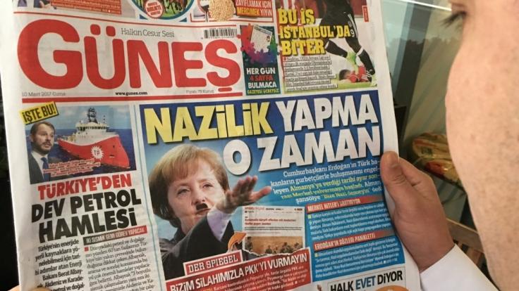 """Angela Merkel mit Hitler-Bart und Nazi-Gruß: Mit dieser Fotomontage sorgt die türkische Zeitung """"Günes"""" für neuen Zündstoff Deutschland und der Türkei. (Foto)"""