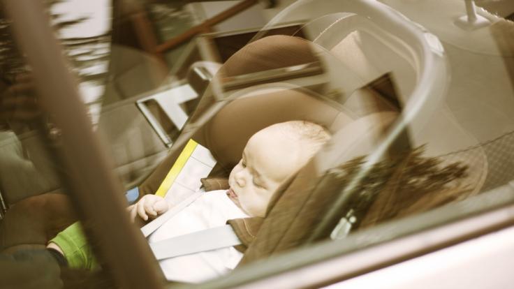 Weil eine Pflegekraft ein Baby im überhitzten Auto zurückgelassen hat, ist es jetzt tot. (Foto)