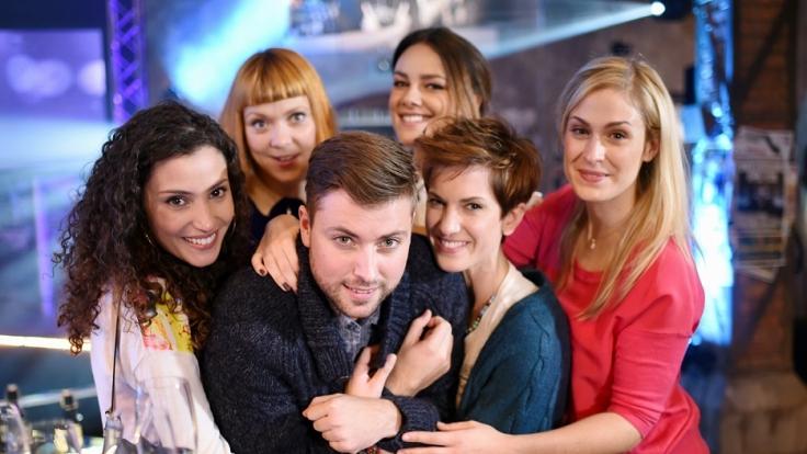 Die Schauspieler Nadine Menz (l-r), Ramona Dempsey, Felix von Jascheroff, Janina Uhse, Isabell Horn und Lea Marlen Woitack posieren am 18.11.2014 in Potsdam bei Dreharbeiten für die RTL-Serie