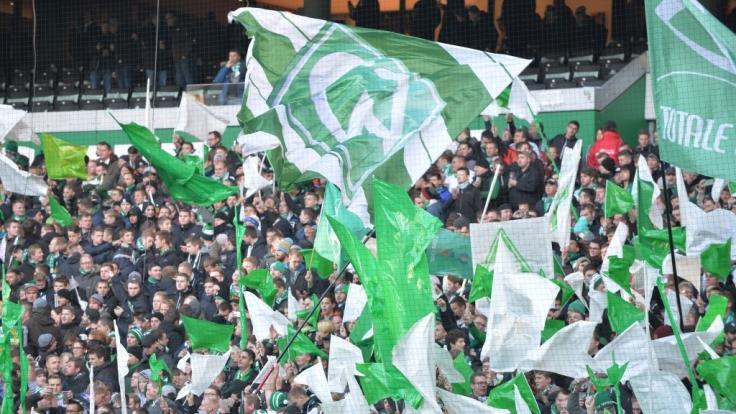 Die Fans von Werder Bremen zeigen ihrer Mannschaft volle Unterstützung. (Symbolbild) (Foto)