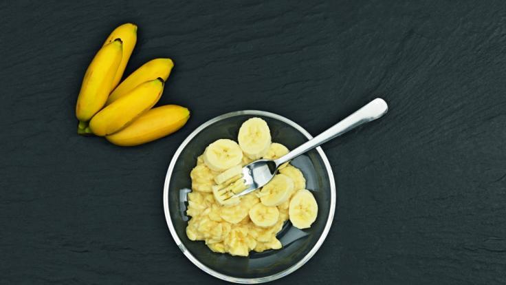 Zunächst muss man für die DIY-Fitnessriegel eine Banane zerdrücken. (Foto)