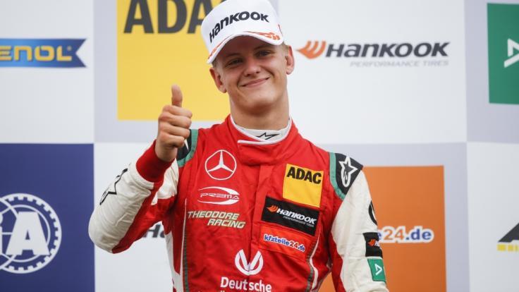 Mick Schumacher jubelt auf dem Podium nach seinem Sieg in Silverstone 2018.
