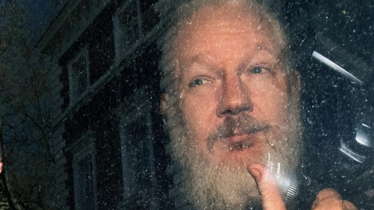 Derbärtige, sichtlich gealterte Assange bei seiner Festnahme.