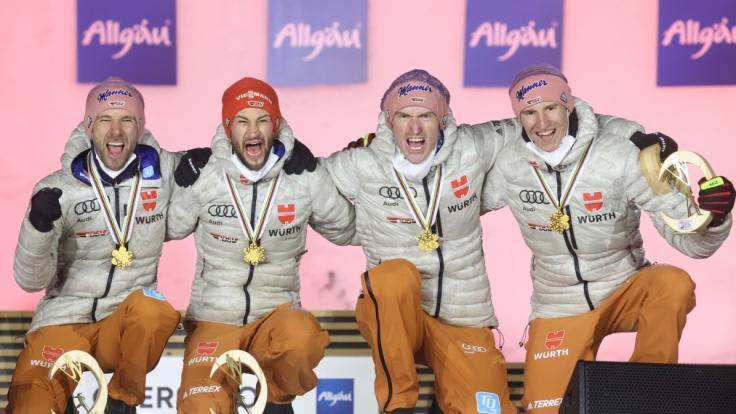 Die DSV-Skispringer Pius Paschke, Markus Eisenbichler, Severin Freund und Karl Geiger (v.l.n.r.) haben Grund zum Jubeln: Die Weltcup-Saison 2021/22 der Skispringer beginnt am 20. November 2021. (Foto)