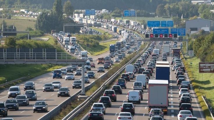 Zweite Reisewelle in den Sommerferien und Rückreisende sorgen am Wochenende für volle Autobahnen.