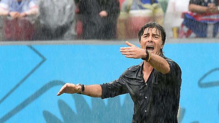 Shouting in the rain: Jogis Löws ganz persönliche Regenschlacht. (Foto)