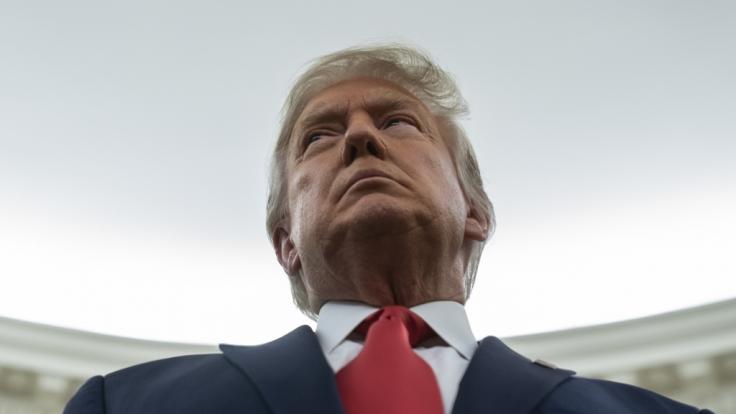 Donald Trump blamiert sich mit Foto aus seinem Büro.