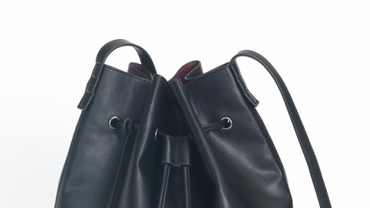 Auch Schuhe und Taschen der Designerin sind Teil der Kollektion.