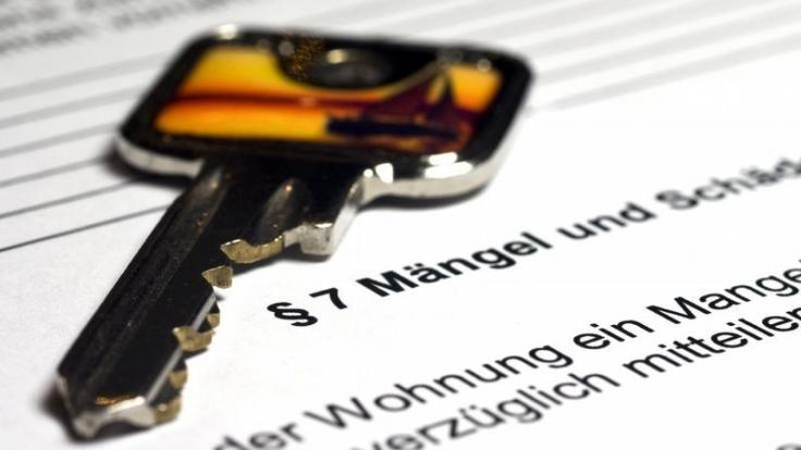 Gegen Gerichtskosten im Streitfall mit dem Vermieter können sich Mieter auf mehreren Wegen absichern.