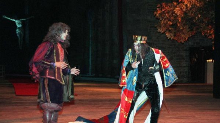 Axel Holst als Herzog von Buckingham (l) in