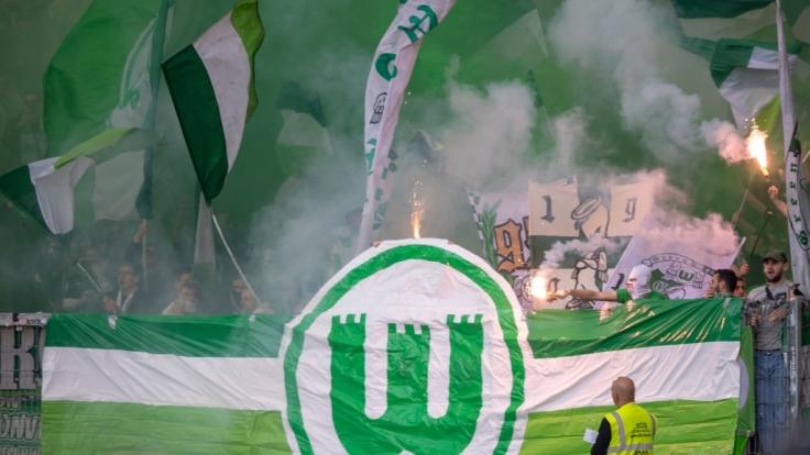 Die Fans vom VfL Wolfburg feiern ihren Verein. (Symbolbild) (Foto)