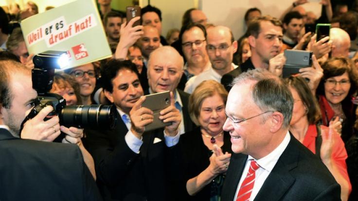 Niedersachsens Ministerpräsident Stephan Weil (SPD, mit Krawatte) wird auf Wahlparty der SPD von seinen Partefreunden gefeiert.