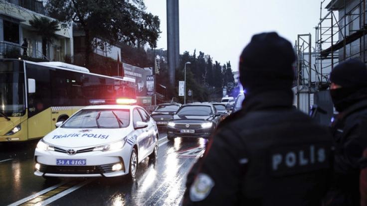 Türkische Polizisten sperren am 01.01.2017 eine Straße zu einem Nachtclub in Istanbul ab, in dem es in der Silvesternacht bei einem Terrorangriff mindestens 35 Tote gab.