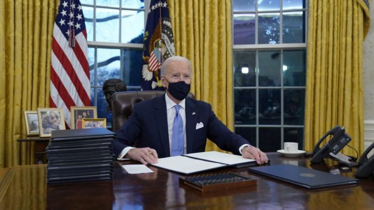 Der neue US-Präsident Joe Biden hat seine ersten Amtshandlungen vollzogen. (Foto)