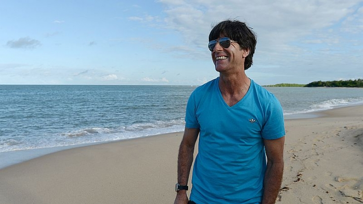 Kann er sich bald Weltmeistertrainer nennen? Jogi Löw am Strand von Bahia. (Foto)