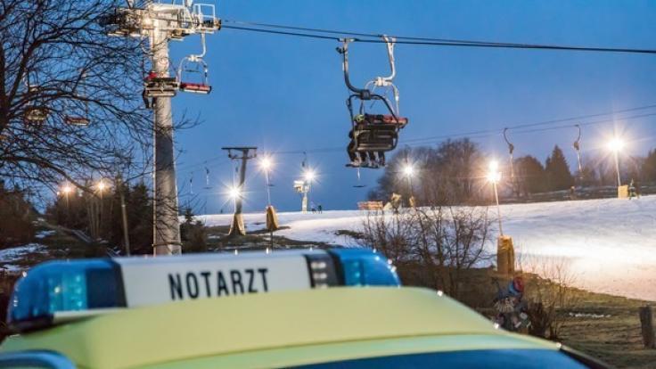 Im Erzgebirge kam es zu einem tragischen Unfall, als ein sechsjähriges Mädchen aus einem Sessellift neun Meter in die Tiefe stürzte und sich schwer verletzte. (Foto)