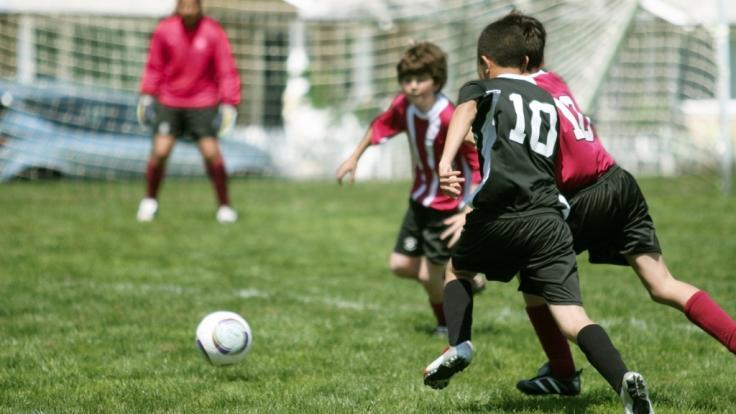 Ein zehnjähriger Schüler stolperte beim Fußballspielen - Tage später war er tot (Symbolbild). (Foto)