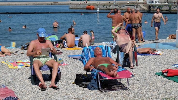 Sichtlich entspannt: Die männlichen Badegäste genießen ihre Ruhe. (Foto)