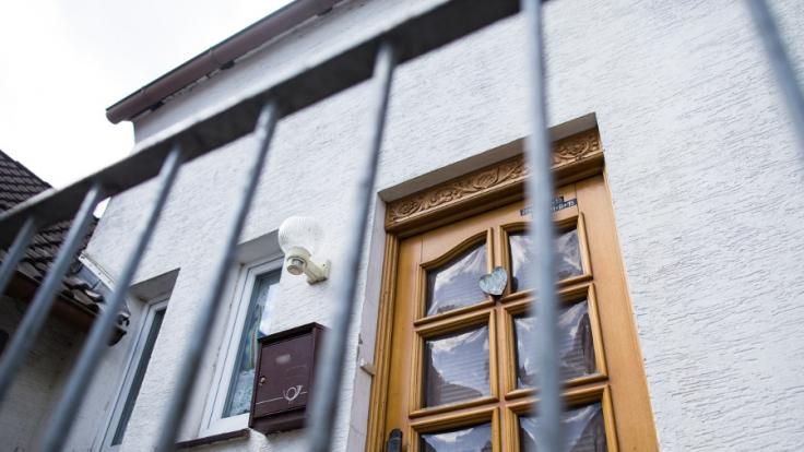 Eine Frau ist nach Angaben der Staatsanwaltschaft wochenlang in einem abgelegenen Haus im ostwestfälischen Höxter gefangen gehalten worden und schließlich an schweren Misshandlungen gestorben.