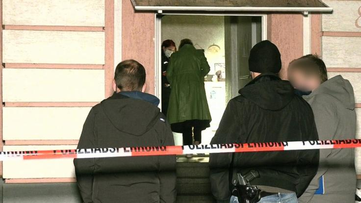 Bei einem Stichwaffen-Angriff in Oberhausen (NRW) sind vier Personen, darunter ein elf Jahre altes Kind, verletzt worden.