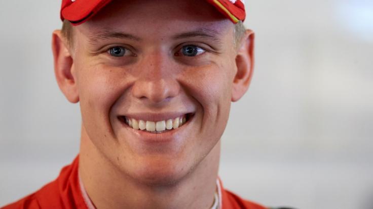 Mick Schumacher durfte den Ferrari seines Vaters über den Hockenheimring fahren. (Foto)