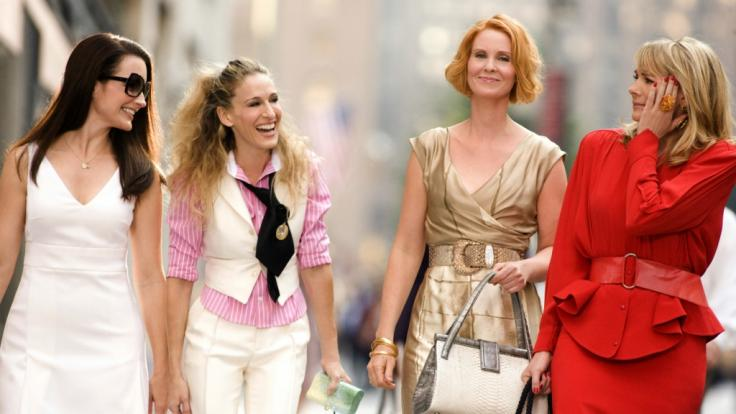 """Damals noch zu viert: Charlotte York (Kristin Davis), Carrie Bradshaw (Sarah Jessica Parker), Miranda Hobbes (Cynthia Nixon) und Samantha Jones (Kim Cattrall) in einer Szene aus """"Sex And The City - Der Film"""". (Foto)"""
